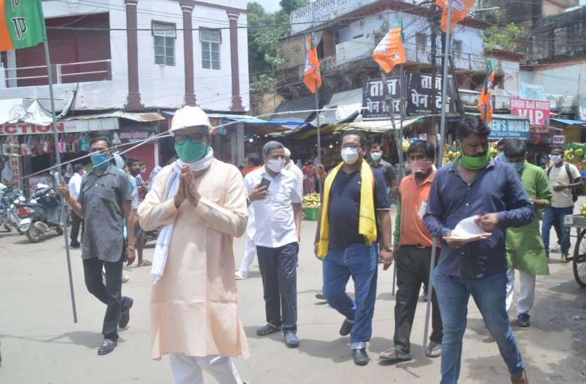 कोरोना संक्रमण से जागरुक करने भाजपा सांसद अनोखा हेलमेट पहनकर शहर में निकले