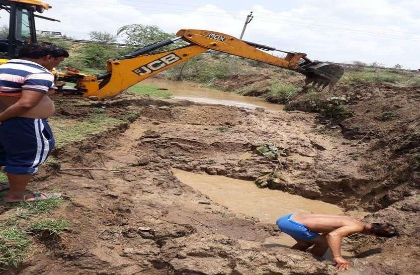 घोसुण्डा इनटेक की मुख्य पाइप लाइन फूटी, लाखों लीटर पानी व्यर्थ बहा