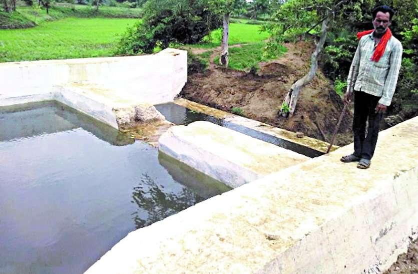चेकडैम को निर्माण के एक सप्ताह बाद तुड़वा दिया, एक किसान के चलते कई किसानों को होगा नुकसान ...