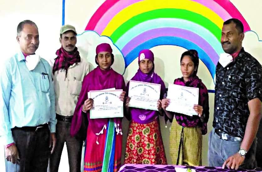 ग्रामीण अंचल मे सर्वोच्च अंक अर्जित किए हुए बच्चों और शिक्षकों को किया गया सम्मानित ...