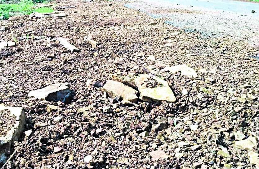 राजनांदगांव-सहसपुर दल्ली तक मार्ग में पीडब्लयूडी ने मुरूम डालने के नाम पर कर दी खानापूर्ति ...