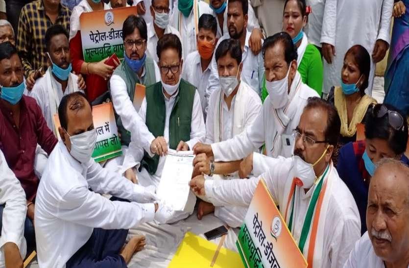 पेट्रोल-डीजल की कीमतों को लेकर सरकार के खिलाफ कांग्रेस का प्रदर्शन, पुनिया ने मायावती को बताया बीजेपी का अघोषित प्रवक्ता