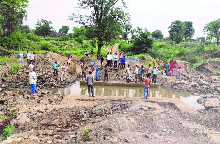 पुलिया निर्माण के लिए खोदे गए गड्ढे में भरा था पानी, नहाने गई बालिका की डूबकर मौत