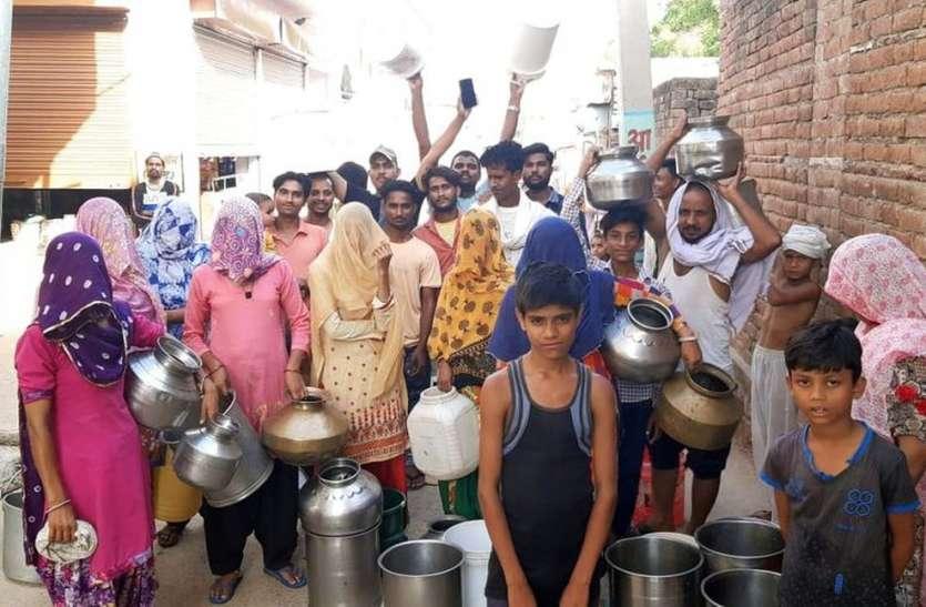 प्यासे लोगों ने रीते बर्तन लेकर पानी के लिए किया प्रदर्शन
