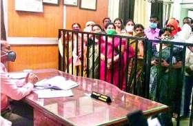पूर्व भाजपा महापौर और महिला पार्षद की पोस्टर पर पोत दिया पेंट, दुर्ग निगम में बदलापुर की राजनीति, जमकर बवाल