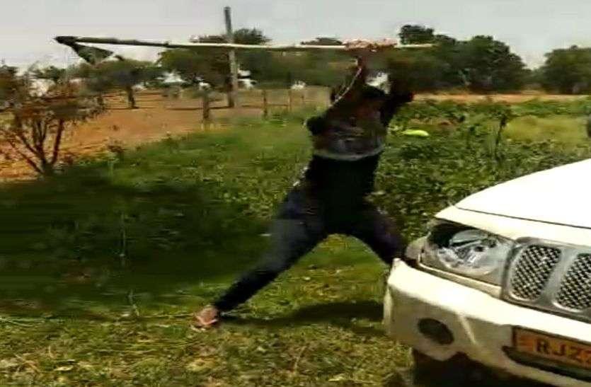 मुठभेड़ में बदमाशों ने पुलिस पर किए पांच राउंउ फायर, गुस्साये ग्रामीणों ने तोड़ दी बदमाशों की गाड़ी