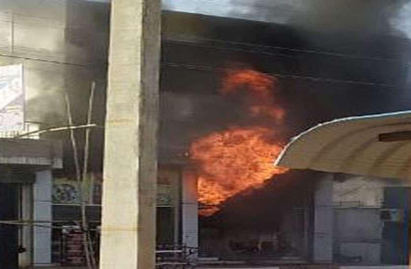 स्कूटी शोरूम व एक दुकान में आग, लाखों रुपए का नुकसान