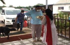 कोरोना जंग जीतकर घर लौटे कांग्रेस विधायक, पत्नी ने उतारी आरती, समर्थकों ने बजाया ताली