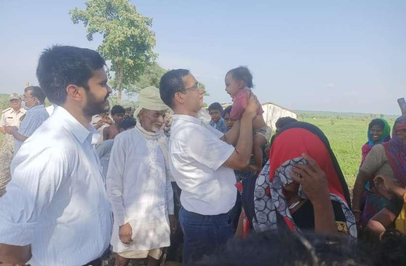 आदिवासियों के बीच पहुंचे कलेक्टर ने बच्चे को गोद में उठा लाड़ किया