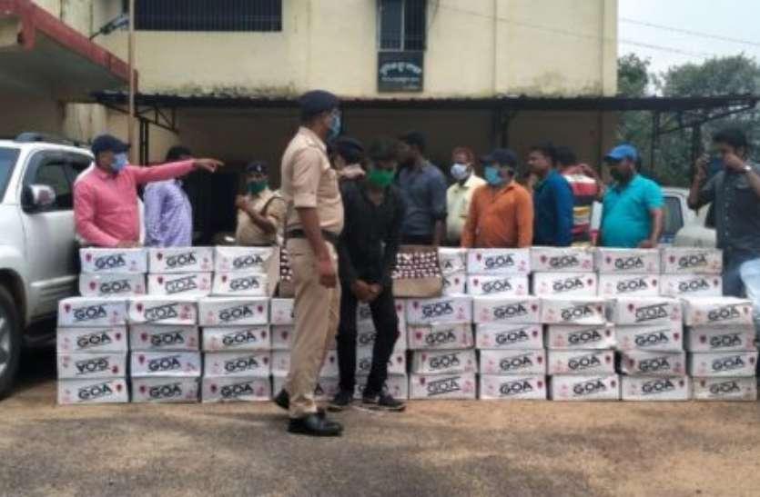 महासमुंद पुलिस ने लग्जरी कार से जब्त की 102 पेटी अवैध शराब