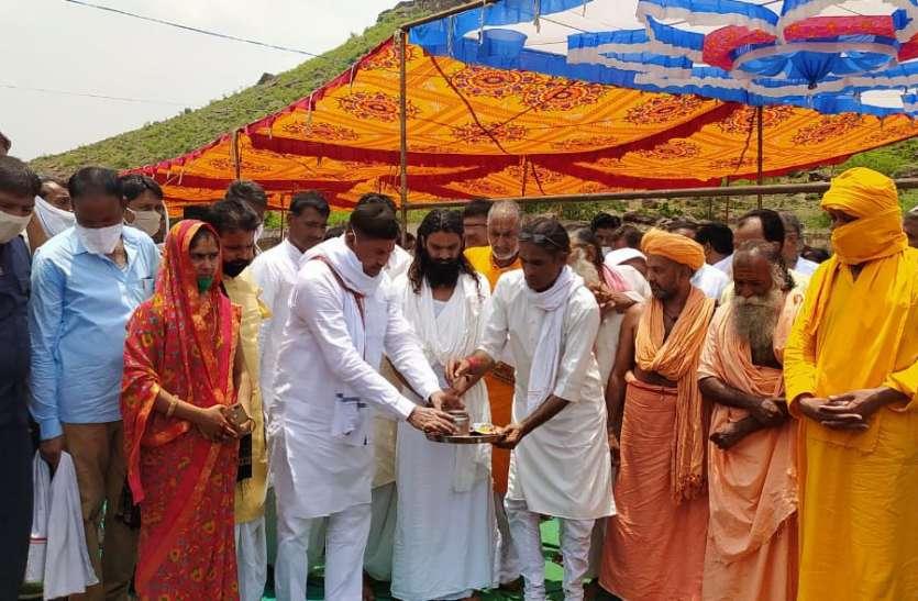 संतों के सानिध्य में मंत्री ने मंदिर निर्माण की रखी नींव