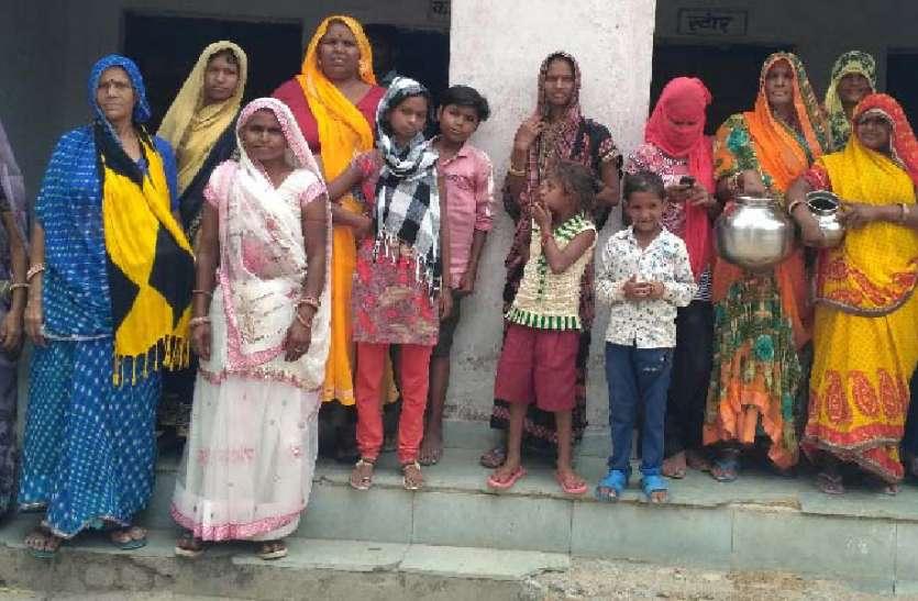दो माह से नहीं टपका नलों में पानी तो महिलाओं का फूटा रोष