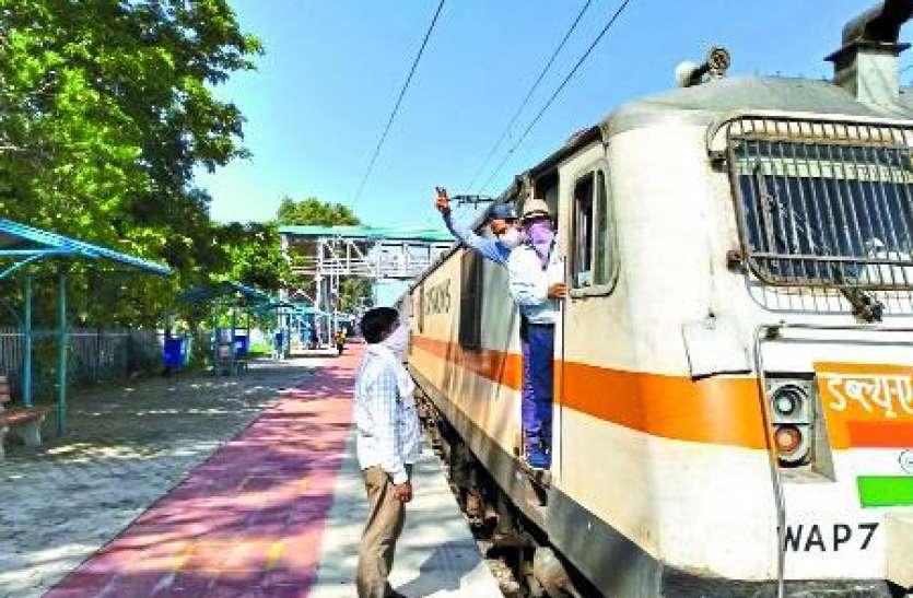 पहली बार इलेक्ट्रिक इंजन के साथ आई ट्रेन, स्टेशन मास्टर ने पायलेट को झंडी दिखाकर किया रवाना