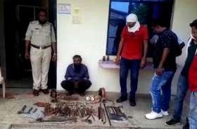 पुलिस ने पकड़ा हथियारों का जखीरा, आरोपी भी हुए गिरफ्तार
