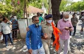 Gujarat: कपास के साथ किसान उमड़े कलक्टर कार्यालय, गुहार लगाने से पहले हिरासत में