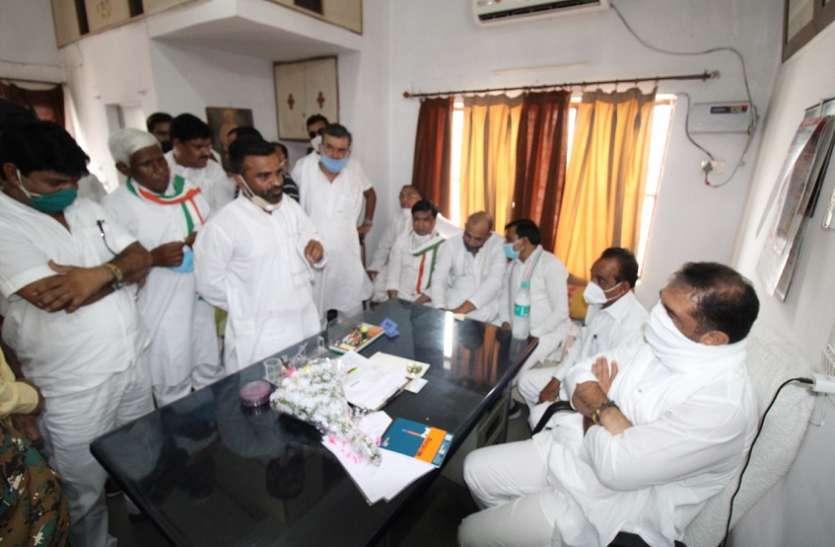 महाराष्ट्र के मंत्री के सामने कांग्रेसियों ने रखी टिकट की दावेदारी