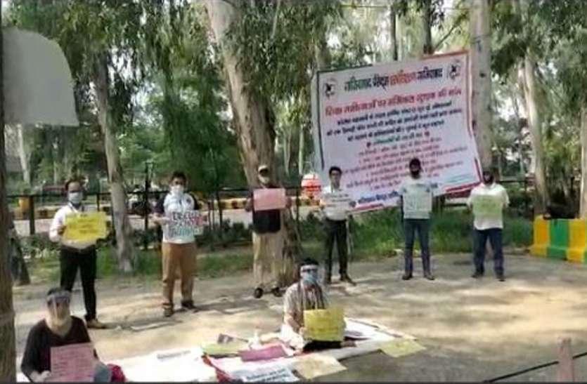 Ghaziabad: निजी स्कूलों ने बनाया फीसजमा करने का दबाव तो अनिश्चितकालीन धरने पर बैठे अभिभावक, देखें वीडियो-