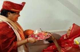 बेटी मंत्री बन लौटी, मां की आंखों से छलक गए मोती