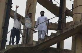 जलापूर्ति व विद्युत आपूर्ति व्यवस्था बिगड़ी तो टंकी पर चढ़े भाजपाई, मंत्री के खिलाफ प्रदर्शन किया