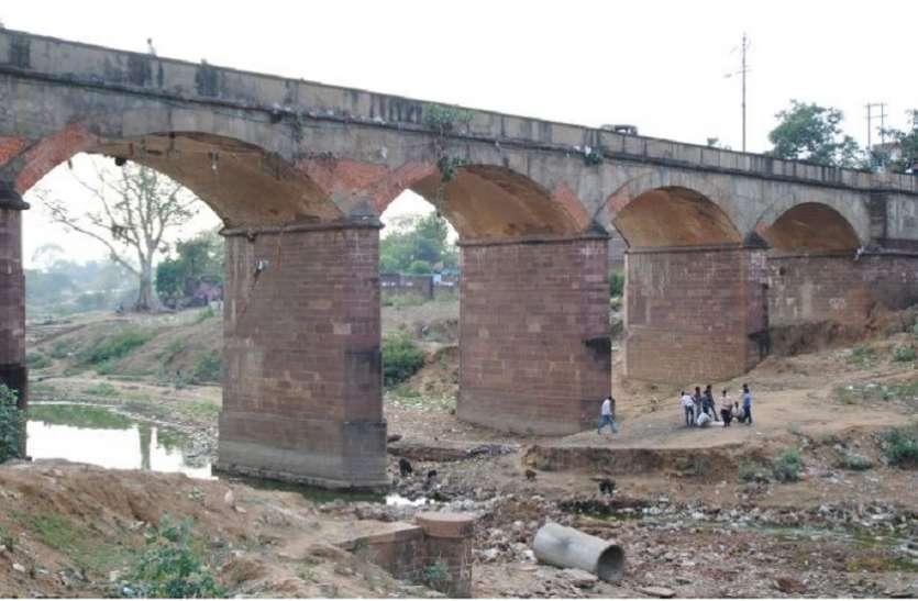 11 साल बीता पर नहीं बन पाया नया पुल, 200 साल पुराने जर्जर पुल से आवागमन मजबूरी