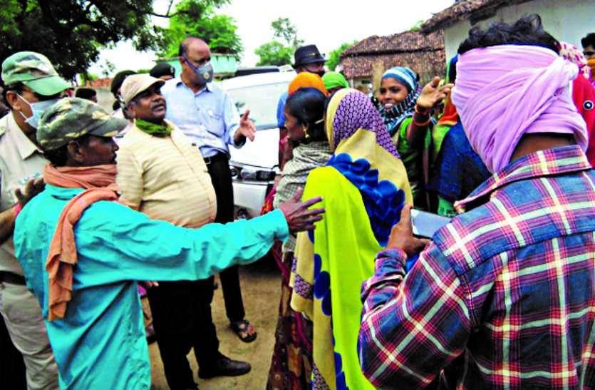 बांस कटाई की 7 माह से नहीं मिली मजदूरी, पौधारोपण करने गए डीएफओ सहित अधिकारियों को ग्रामीणों ने घेरा ...