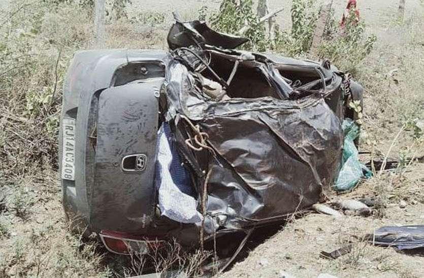 अनियंत्रित कार पलटने से एक की मौत, तीन घायल