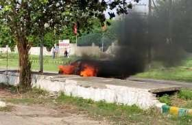 चलती मर्सिडीज में लगी आग, दंपति ने कूदकर बचाई जान, रुपये से भरा बैग और कार जलकर राख