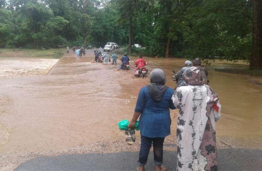 धमतरी: भारी बारिश से नदी नाले उफान पर, आठदारहा नाला में बाढ़ से 12 गांवों का टूटा संपर्क