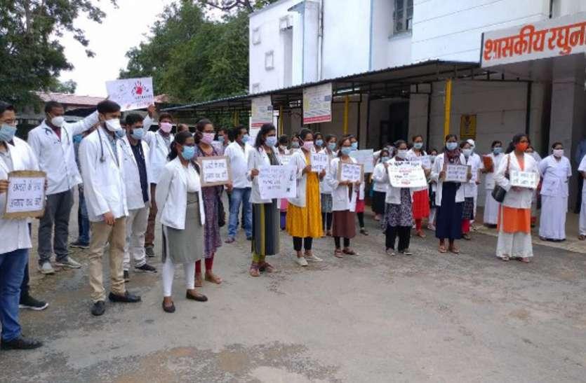 थप्पड़ मारने पर डॉक्टरों ने ओपीडी बंद कर की हड़ताल, एएसपी बोले- गिरफ्तार हो चुका है आरोपी तब लौटे काम पर