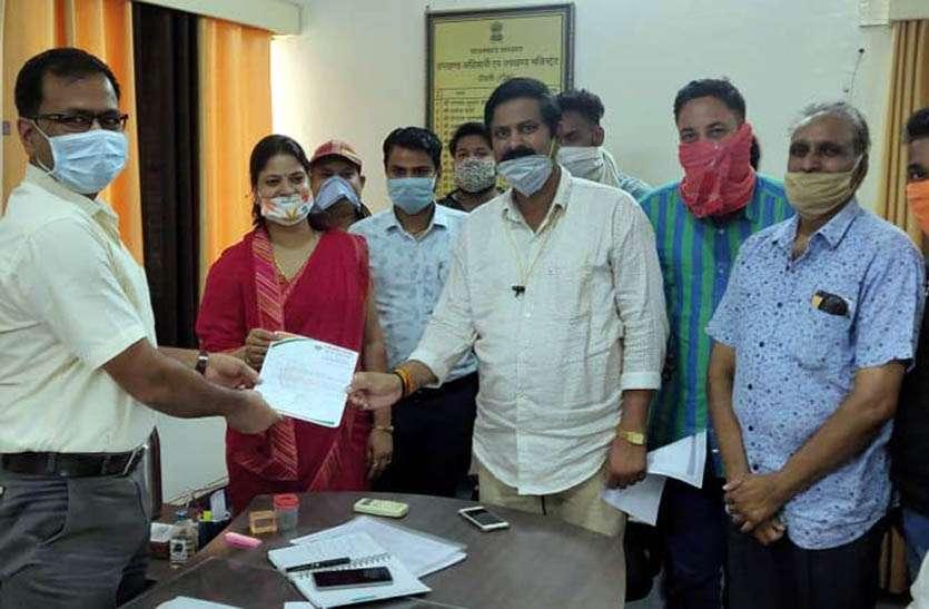 तीन माह के बिजली के बिल माफ करवाने की मांग, भाजपा कार्यकर्ताओं ने सौंपा ज्ञापन