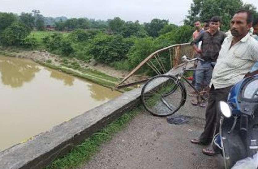 अनियंत्रित सफारी कार गोमती नदी में जा गिरी, एक की मौत