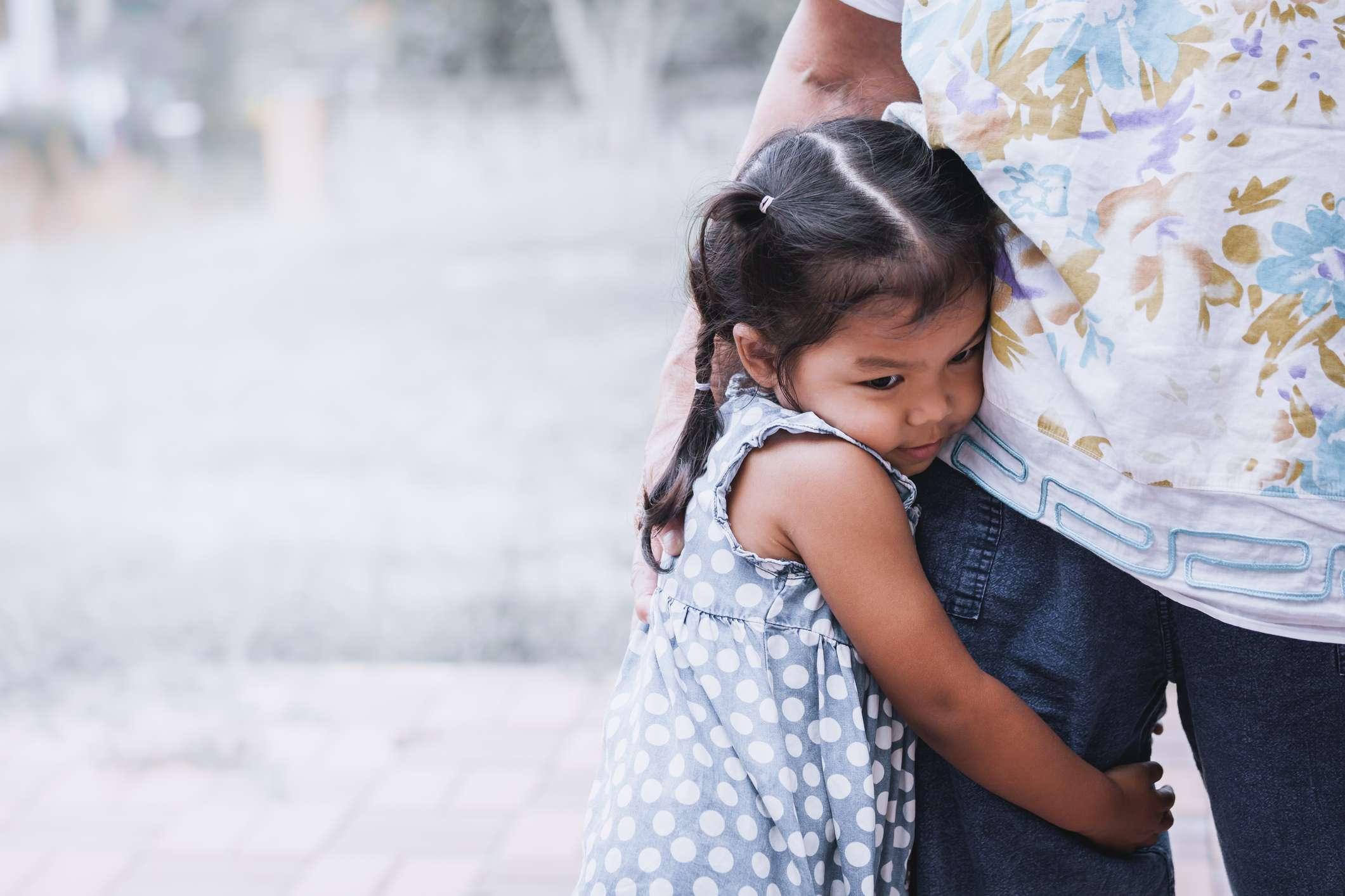 बच्चों में चिंता के गंभीर लक्षणों को दूर करने के लिए मनोवैज्ञानिकों का क्या सुझाव है?