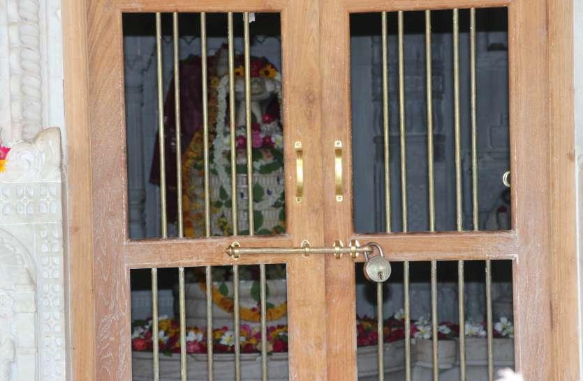 भक्तों ने घरों पर ही की भोलेनाथ की आराधना, शिवालय श्रद्धालुओं के लिए रहे बंद