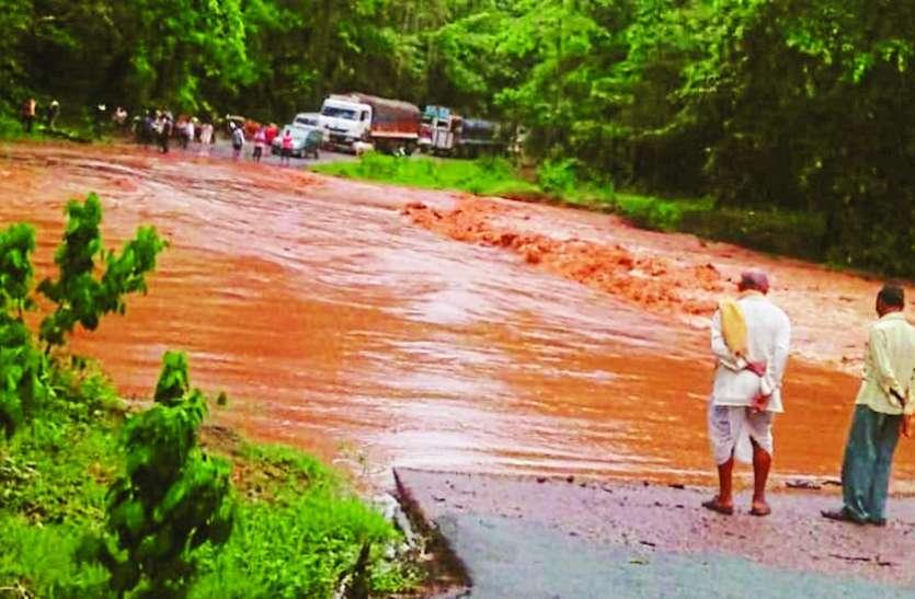 आठदारहा नाला में बाढ़ से 12 गांवों का टूटा संपर्क