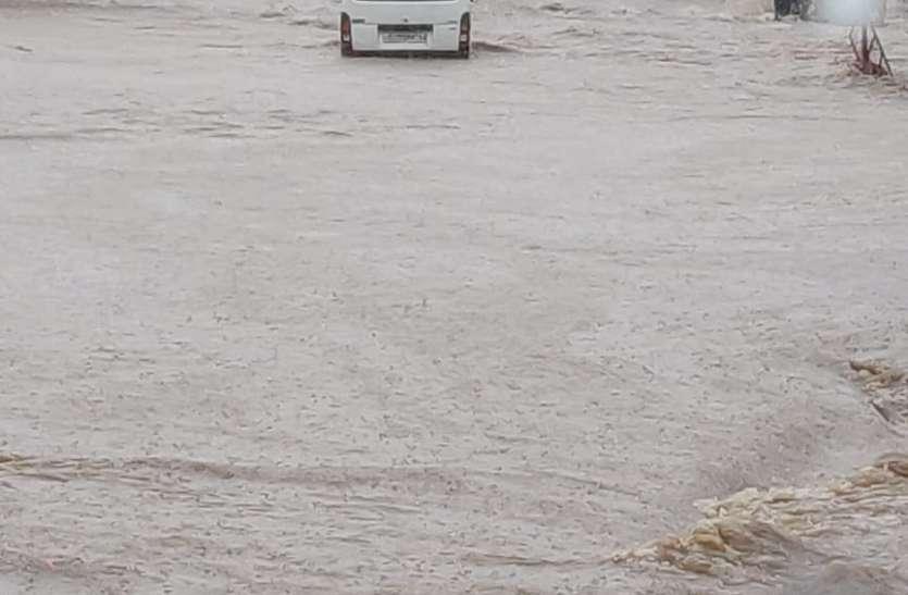 Gujarat Rain: राणावाव के पास बारिश के पानी में डूबी बस