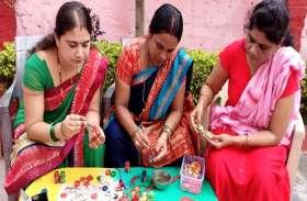 गोबर की राखियों को महिलाओं ने बनाया स्वरोजगार का साधन, रक्षाबंधन पर मौली धागे के साथ सजेगी कलाई में