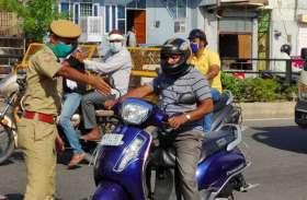 झालाना डूंगरी मार्ग पर बिना मास्क व बिना हेलमेट वाहन चालकों के चालान करती पुलिस।