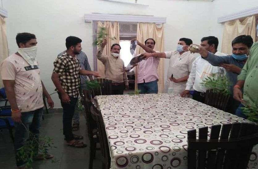 मध्यप्रदेश के केबिनेट मंत्री जिस कमरे में सोए, बाद में उसको किया गंगाजल से साफ