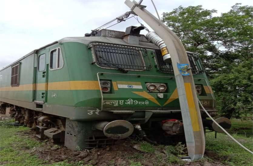 रेलवे की बड़ी लापरवाही आई सामने, बिना ड्राइवर के चला इंजन उसी लाइन पर खड़े दूसरे इंजन को मारी टक्कर