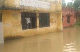 बाढ़ की जद में आया सरकारी अस्पताल, पानी भरने से  बंधे पर बैठे डाक्टर