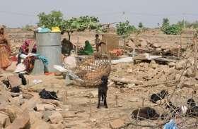 बारिश के मौसम में आदिवासियों के घर गिरा कर ला दिया खुले आसामान के नीचे