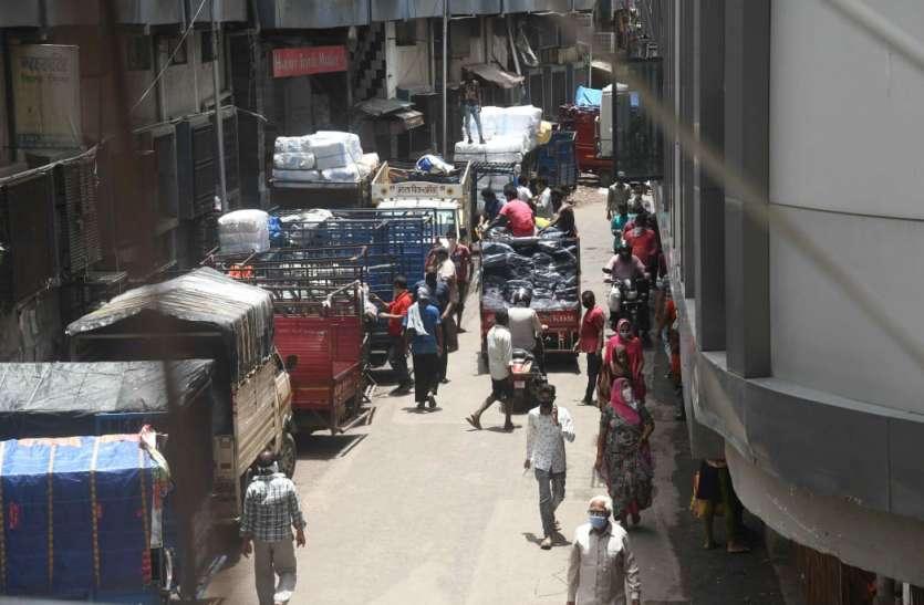 भीड़ तो छंटी पर मालवाहक वाहनों का जमावड़ा बरकरार