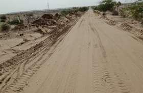 सड़क पर जमा रेत को हटाकर की सफाई, ग्रामीणों ने ली राहत की सांस