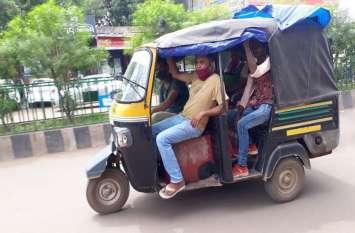 हादसे के बाद भी नहीं चेते जिम्मेदार, ऑटो में ढोई जा रही ओवरलोड सवारी, लोडर में भी बैठाए जा रहे लोग