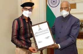 दो सौ रुपए में राष्ट्रपति से सम्मानित होने की फोटो बना वाह-वाह बटोरी