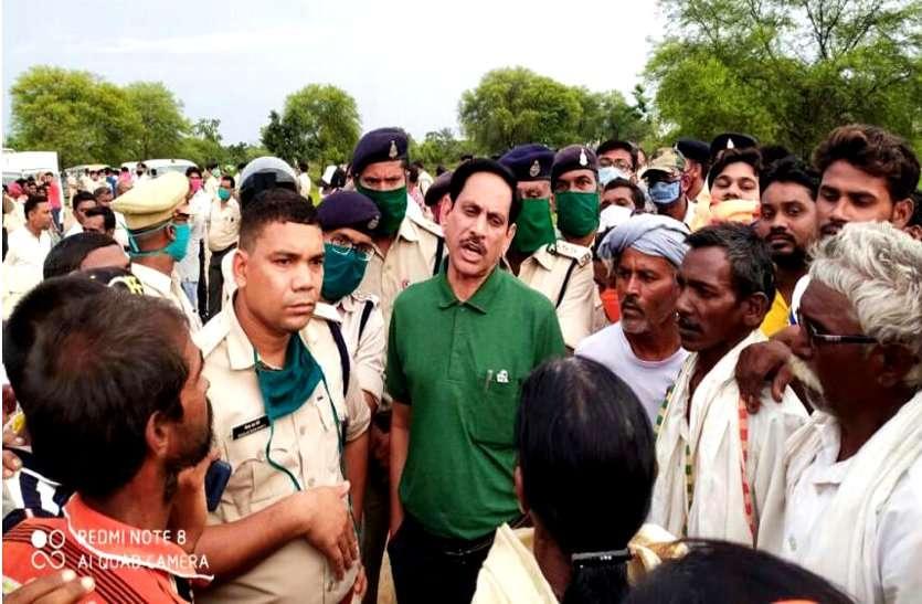 पुलिस प्रताडऩा से परेशान युवक ने मंदिर में लगाई फांसी, ग्रामीणों ने वर्दीवालों को घेरा, शव उतारने बुलाना पड़ा सशस्त्र बल, जमकर हंगामा