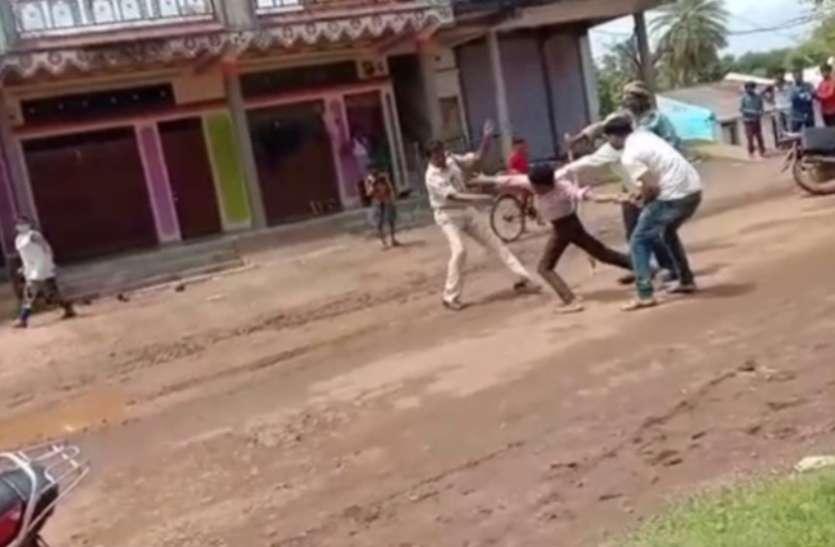 पुलिसकर्मी ने बीच सड़क मरीज को बेरहमी से पीटा, वो गुहार लगाता रहा और पुलिसवाला पीटता रहा