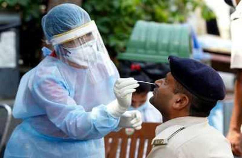 जुआरी की पत्नी निकली कोरोना पॉजिटिव, छापा मारने गए पुलिसकर्मियों के उड़े होश, थाना के स्टाफ पर मंडराया संक्रमण का खतरा