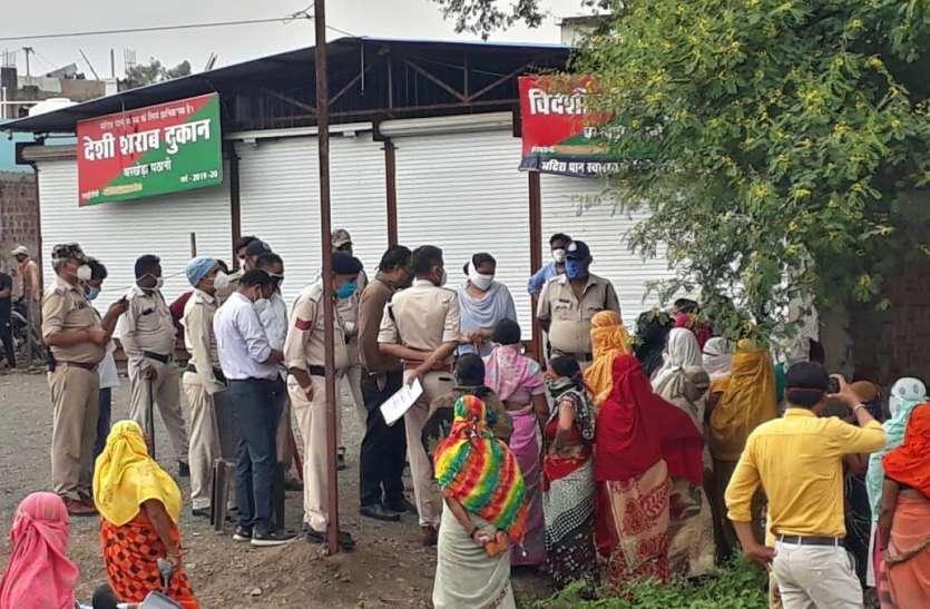 आबादी के बीच शिफ्ट की शराब दुकान, दिन रात लगेगा शराबियों का जमावड़ा, महिलाओं ने किया विरोध
