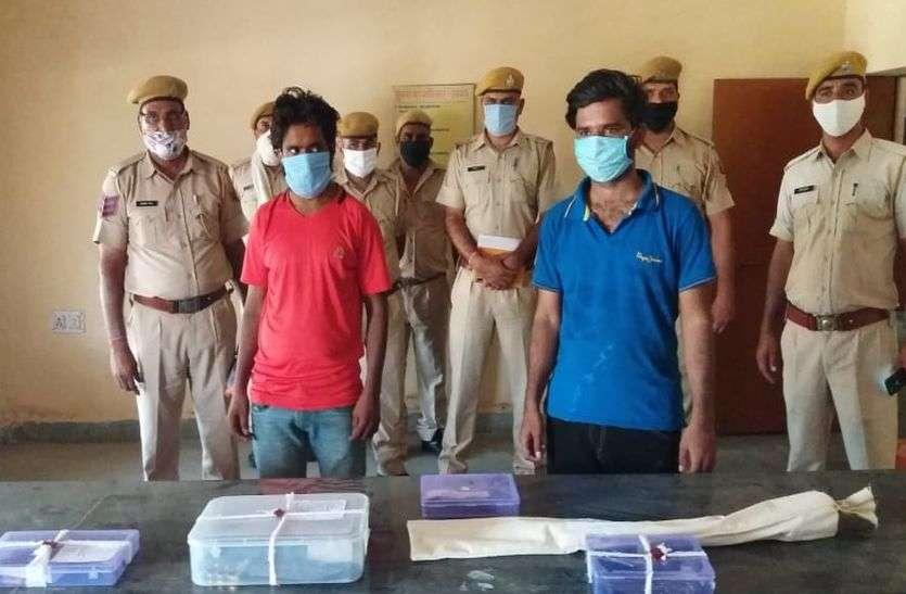 देशी कट्टे, तलवार और पिस्टल के साथ पकड़े गए चार लाख की लूट के आरोपी, लूट के रुपयों से खरीदी गाड़ी